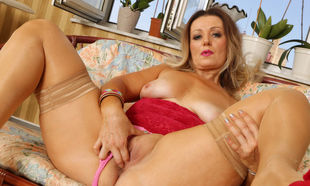 Bodacious cougar Mia gives her puss..
